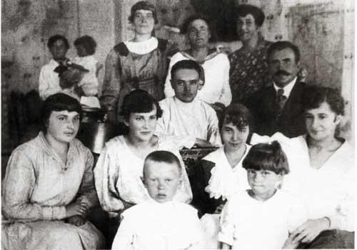 Павел Яковлевич Королёв (в центре) в киевской школе-коммуне. Крайняя слева – Мария Харитоновна Кваша. Киев. 24 ноября 1924 г.